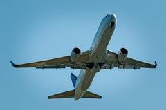 Полеты и деятельности при коммерческого самолета на авиапорте Aus Сиднея Стоковые Фотографии RF