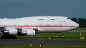 Полет Боинг 747 Объединенных эмиратов королевский ездя на такси акции видеоматериалы