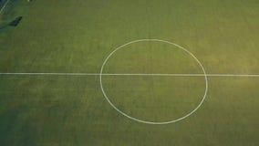 Полет вдоль футбольного поля где тренировка случается