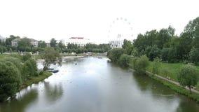 Полет вертолета над рекой пруда парка города сток-видео