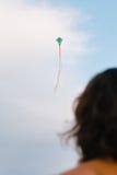 Полет змея девушки наблюдая Стоковые Изображения