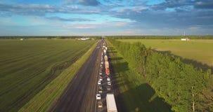 Полет над автомобилями длиной гребет на шоссе среди ландшафта видеоматериал