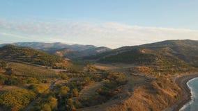 Полет над берегом и горами моря на восходе солнца Воздушная съемка трутня красивого утра на береге Чёрного моря сток-видео