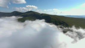 Полет над горами утро лужка тумана над водой Стоковое Изображение RF