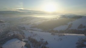 Полет над деревней в прикарпатских горах Взгляд глаза ` s птицы покрытых снег домов в горах Сельский ландшафт внутри видеоматериал