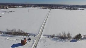 Полет над дорогой зимы через поле видеоматериал