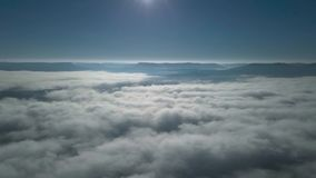 Полет над и через облаками дел видеоматериал