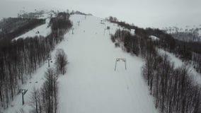 Полет над лыжным курортом в прикарпатских горах Вид с воздуха людей спуская на лыжи видеоматериал