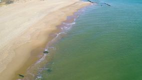 Полет над песчаным пляжем акции видеоматериалы