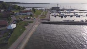 Полет над побережьем Nida рано утром Яхты в гавани Вертел Curonian, Литва сток-видео