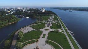 Полет над стрелкой рек Волга и Kotorosl Yaroslavl, Россия акции видеоматериалы