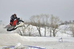Полет на гонщика snowmobile Стоковая Фотография