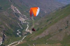 Полет параглайдинга в горы Стоковые Изображения
