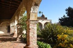 Полет сада дорожки и San Juan Capistrano сводов Стоковое Фото