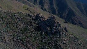 Полет трутня над высокими горами акции видеоматериалы