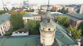Полет трутня над крышами старого города акции видеоматериалы