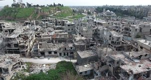 Полет трутня на разрушенный город видеоматериал