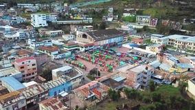Полет трутня эквадора города Latacunga акции видеоматериалы