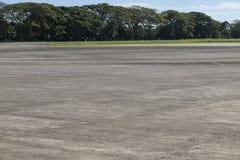 Поле авиапорта с растительностью Пустая взлётно-посадочная полоса в тропической стране Назначение перемещения летних каникулов стоковая фотография