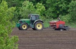 поле вспахивая трактор Стоковая Фотография