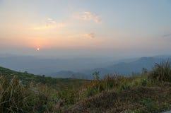 Поле горы во время захода солнца Красивый естественный ландшафт, южный Стоковое фото RF