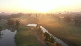 Поле для гольфа и туман зеленого цвета вида с воздуха в утре видеоматериал