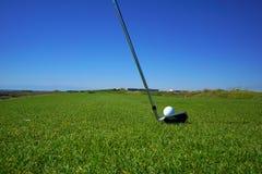 Поле для гольфа и шар для игры в гольф стоковое изображение