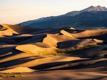 Поле дюны на заходе солнца/восходе солнца с горой Стоковое Изображение