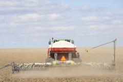 поле засаживая трактор семени Стоковые Изображения