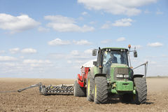 поле засаживая трактор семени Стоковые Фото