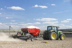 поле засаживая трактор семени Стоковая Фотография RF