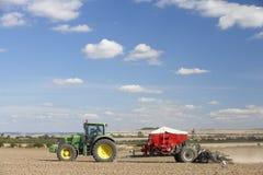 поле засаживая трактор семени Стоковые Фотографии RF