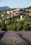 Поле лаванды с деревней Aurel за пределами, Воклюз, Провансаль, стоковое изображение