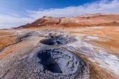 поле лавы с кратерами, кипя горячий стручок похожего на Марс †ландшафта « Стоковые Изображения