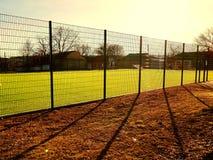 Поле лужайки для играть minifootball за сеткой загородки Стоковое Изображение