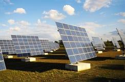 поле обшивает панелями солнечное Стоковые Фотографии RF