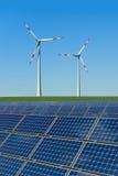 поле обшивает панелями солнечный ветер турбин Стоковые Фото