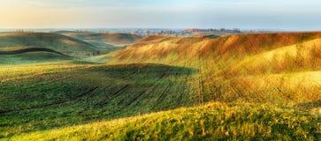 Поле Рассвет осени в поле Тихое утро в живописном поле Стоковая Фотография RF