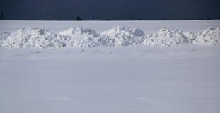 Поле снега Равнина покрыта с белым снегом под голубым небом с толстыми белыми облаками перед снежности, шторм, пурга стоковые изображения