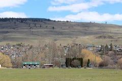 Поле фермы и конюшня лошади Стоковая Фотография RF