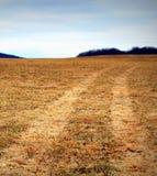Поле фермы с следами автошины Стоковая Фотография