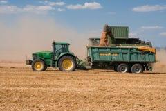 поле deere зернокомбайна сжало трактор john Стоковое фото RF
