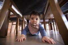 Ползания прелестного ребёнка смешные в поле стоковая фотография