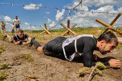 Ползучесть спортсменов под колючей проволокой Tyumen Россия Стоковое Фото