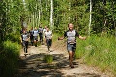 Ползучесть спортсменов под колючей проволокой Tyumen Россия Стоковые Фото