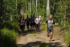 Ползучесть спортсменов под колючей проволокой Tyumen Россия Стоковое Изображение