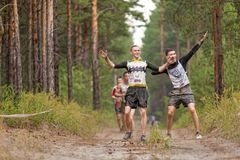 Ползучесть спортсменов под колючей проволокой Tyumen Россия Стоковые Изображения
