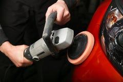 Полировать передний бампер красного автомобиля стоковые фотографии rf