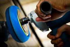 полировщик владением руки автомобиля Стоковая Фотография RF