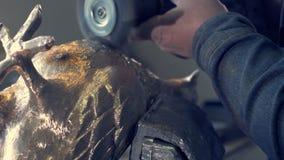Полируя бронза работа для того чтобы сделать статую в бронзе работа на статуе голубь металла статуя голубя сделанная из бронзы Стоковое фото RF